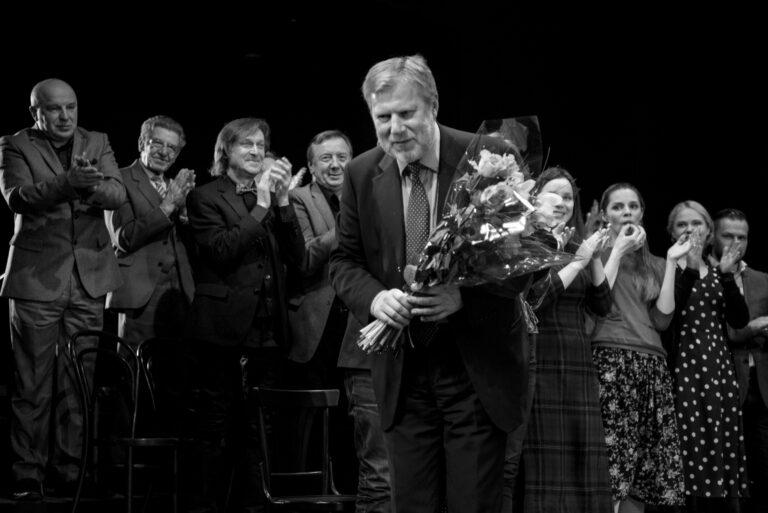 Su gėlėmis ant scenos.