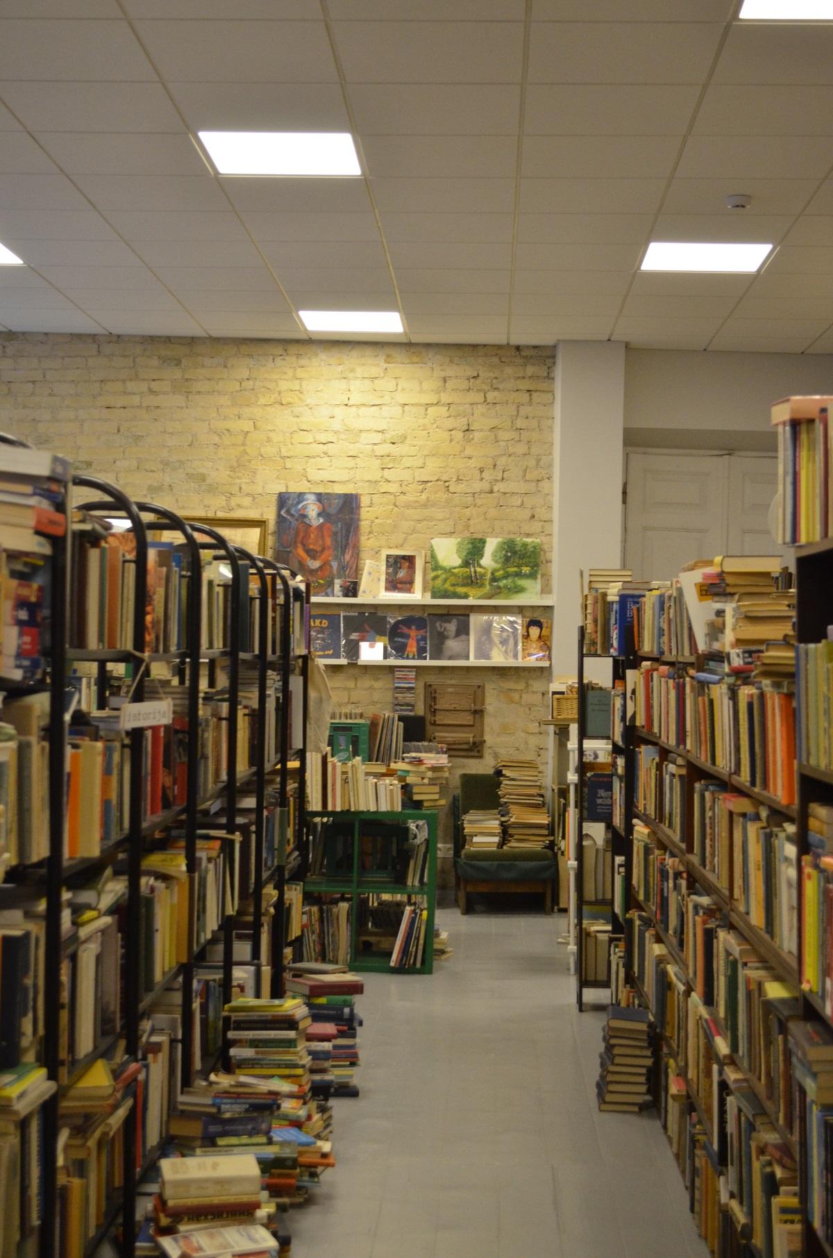 Knygų lentynos.