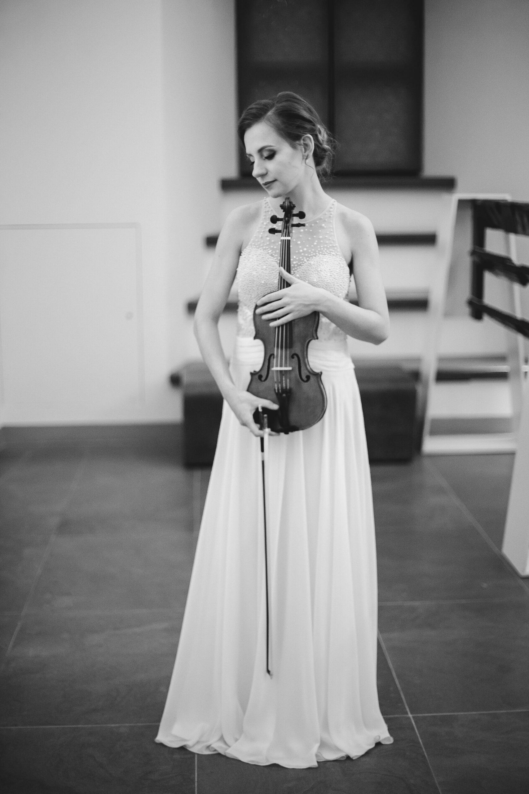 Stovi su smuiku rankose.