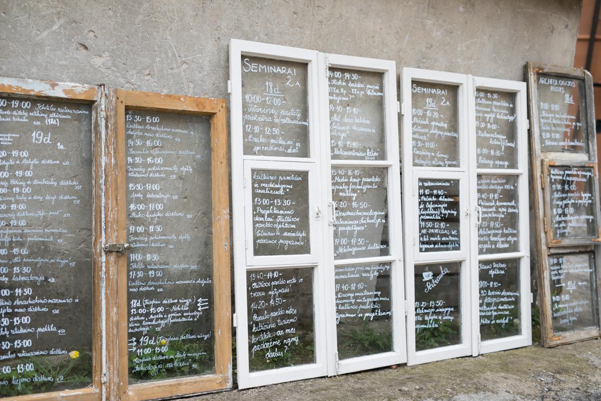 Festivalio programa, užrašyta ant senų langų.