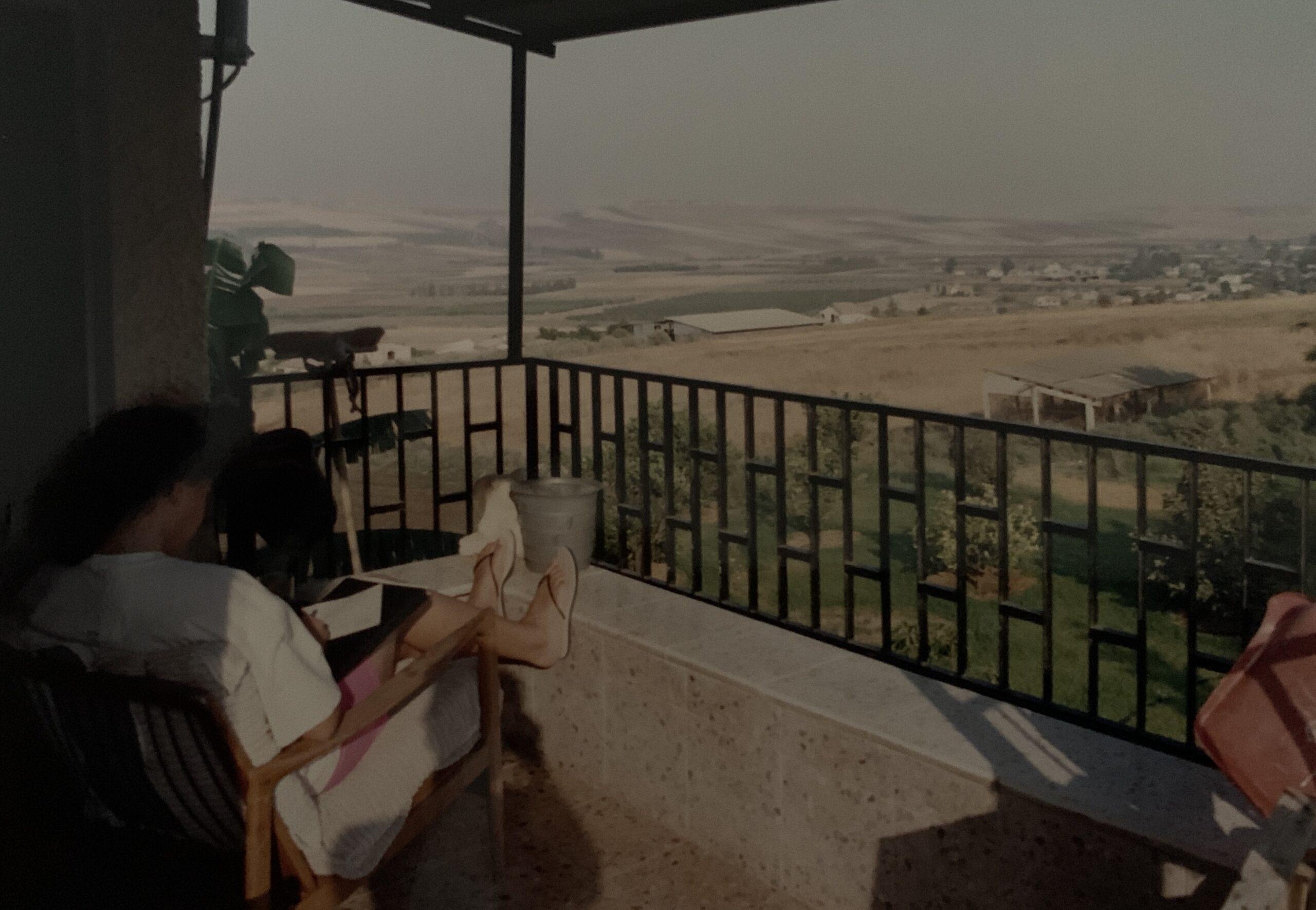 Sėdi balkone.