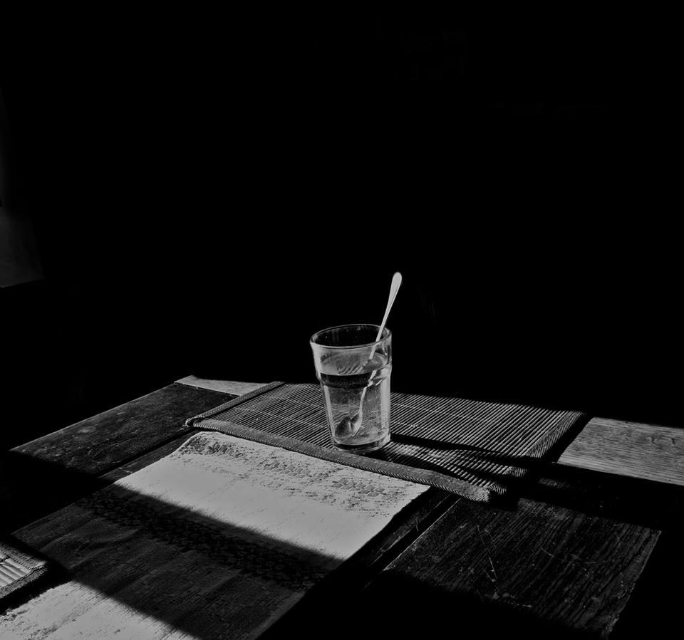 Stiklinė ant stalo.