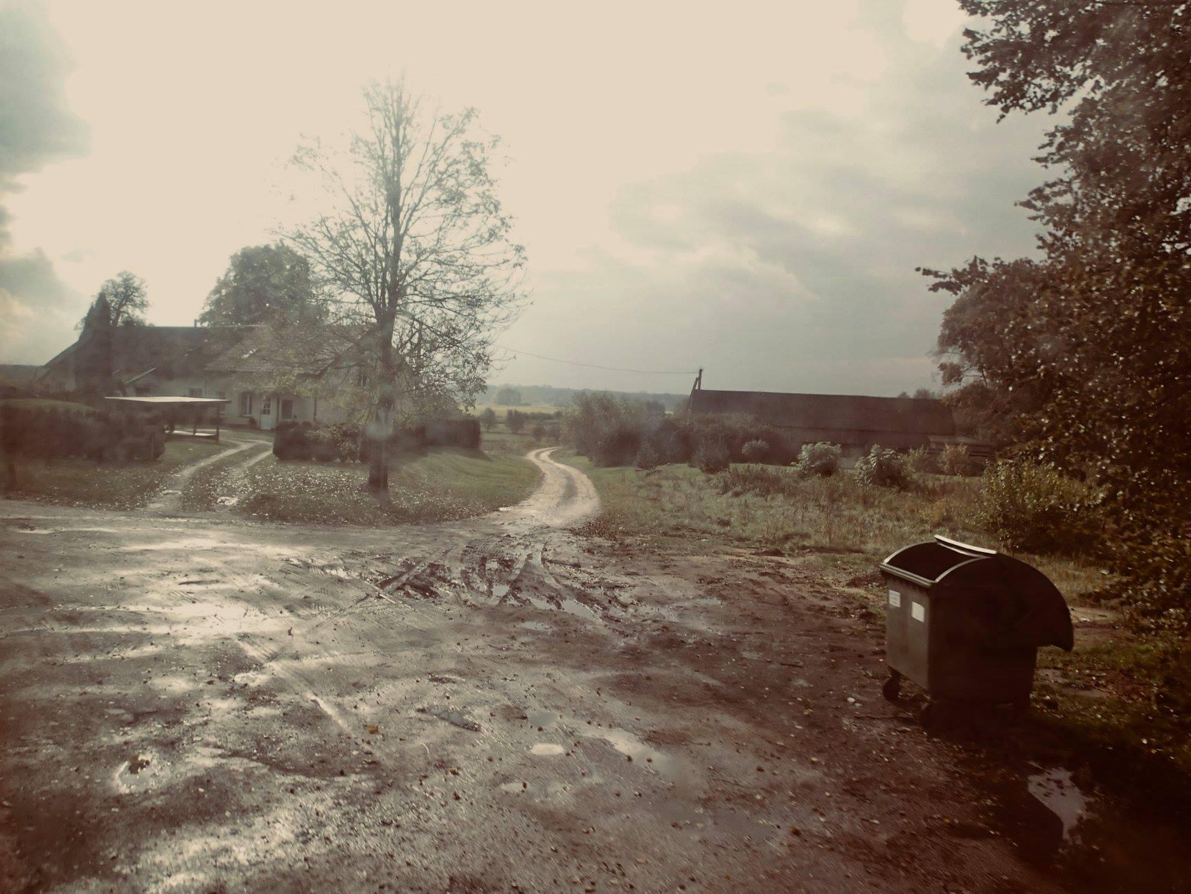 Kaimas ir kelias.