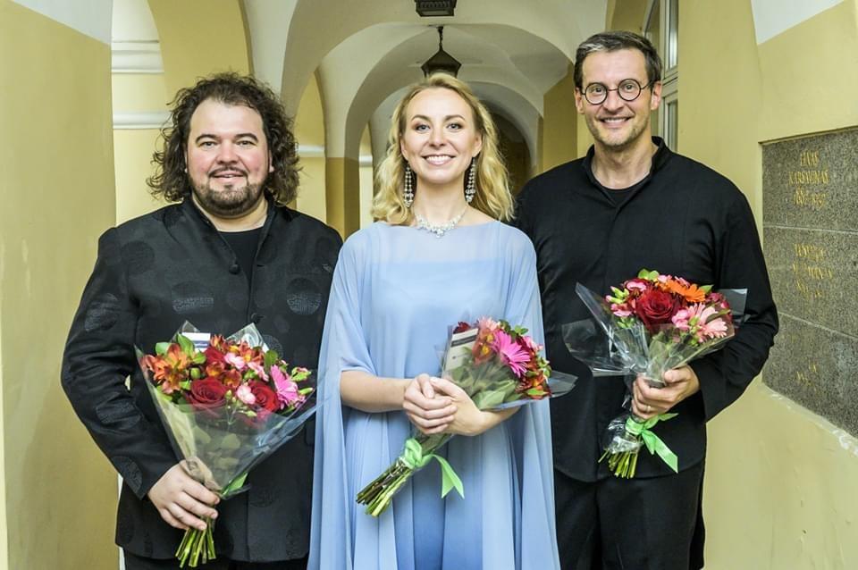 Justina Gringytė, Kristianas Benediktas, Modestas Pitrėnas po koncerto su gėlėmis.