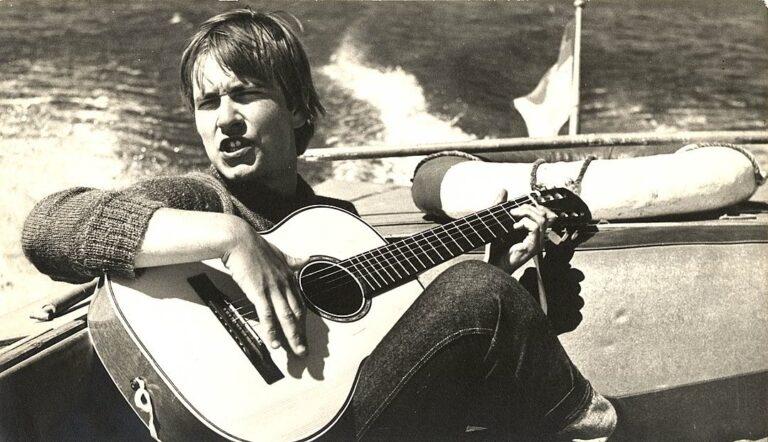 Jaunas Vytautas Kernagis groja gitara jachtoje.