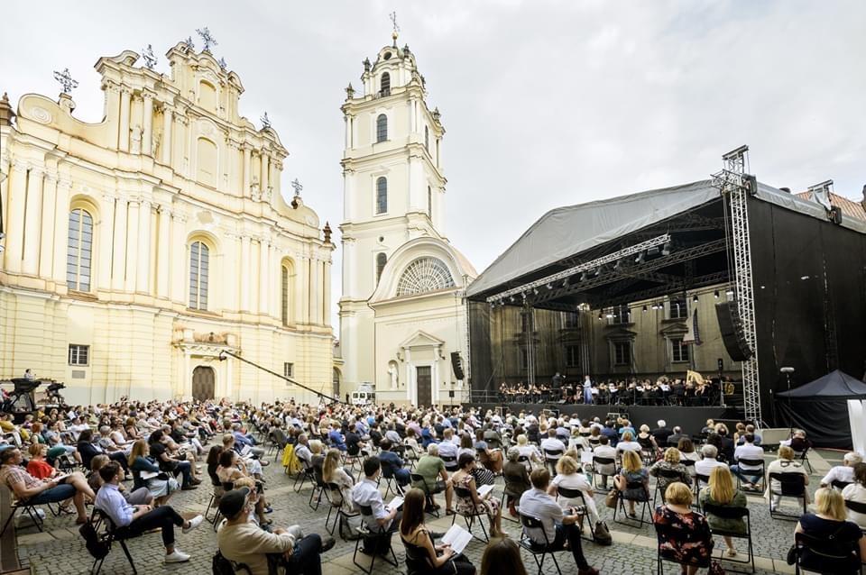 Koncertas VU kieme prie bažnyčios.
