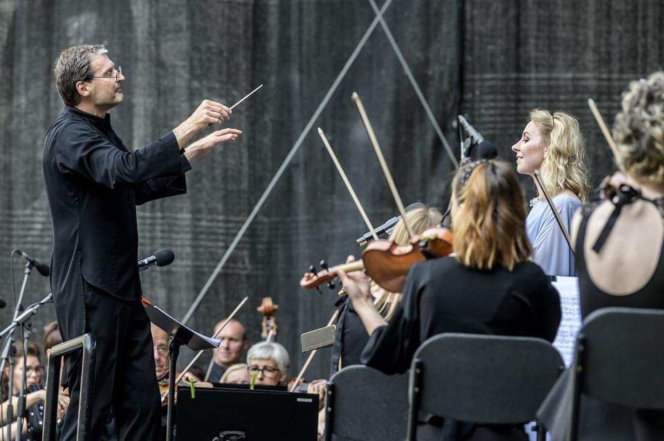 Koncerte –dirigentas, muzikantai ir solistė.