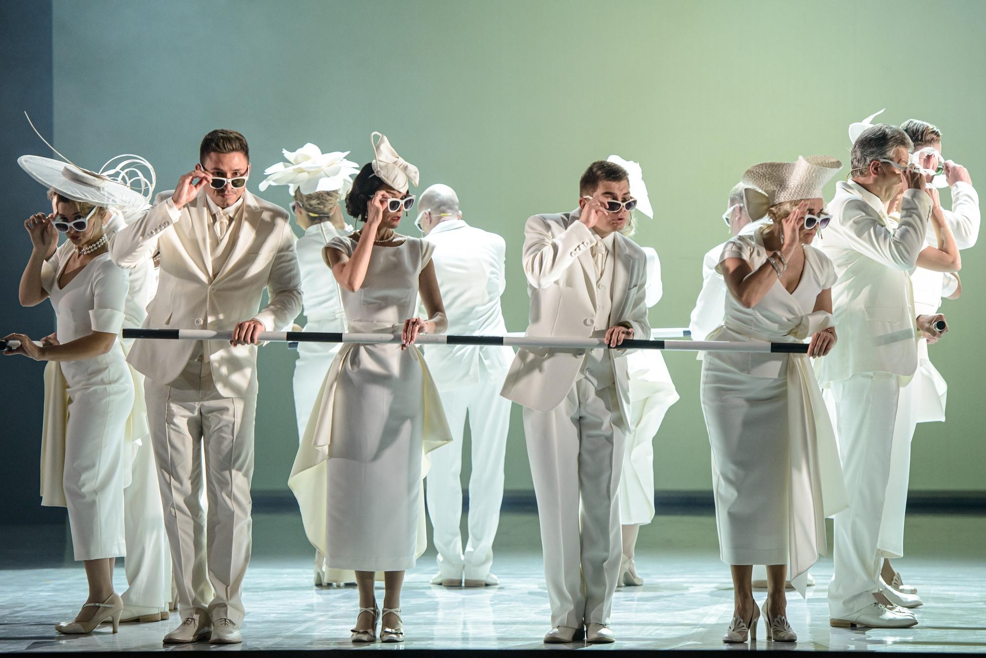 Moterys ir vyrai ant scenos.