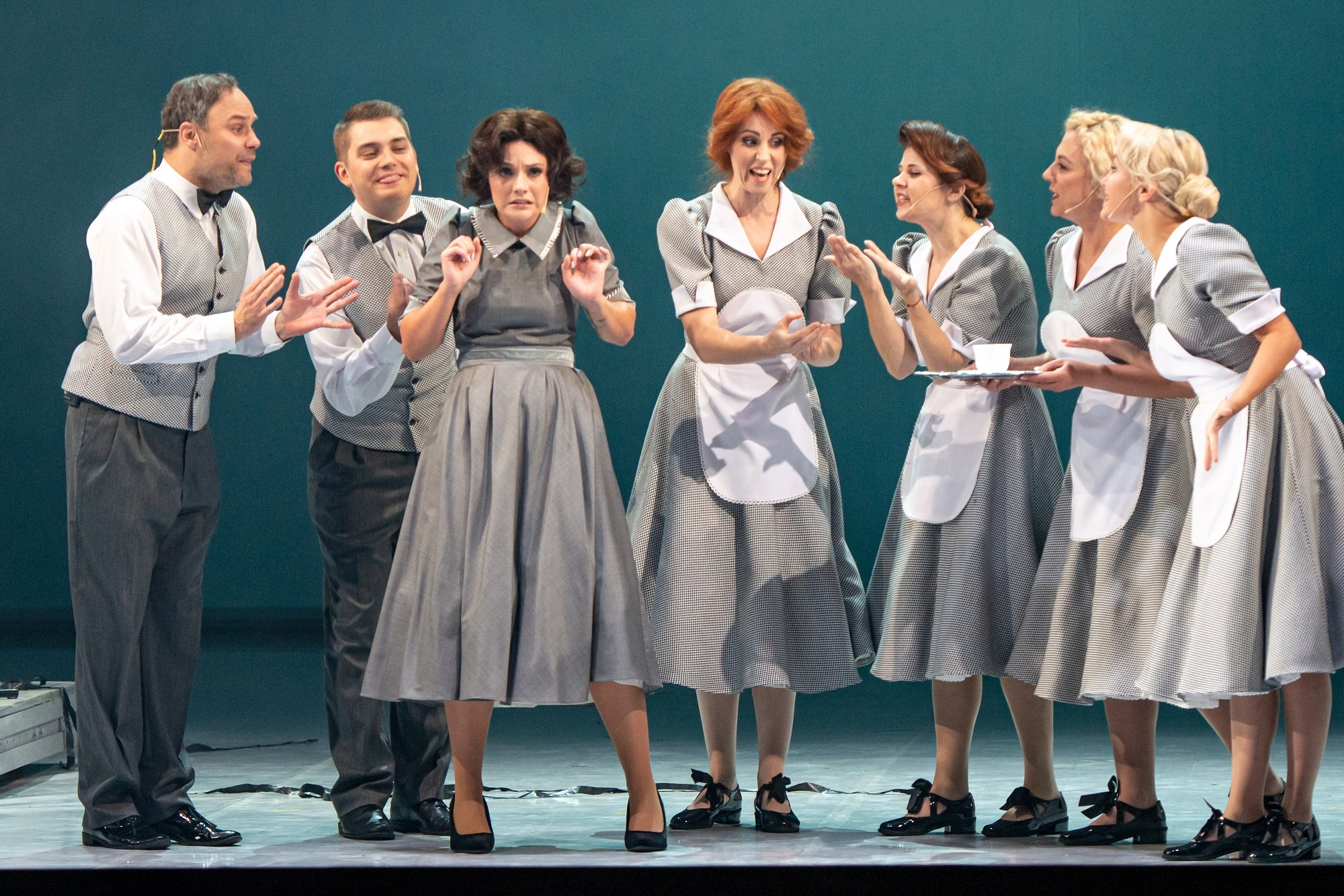 Vyrai ir moterys ant scenos.