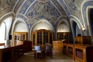 Knygų lentynos ir puošnūs skliautai Vilniaus universiteto bibliotekos Joachimo Lelewelio salėje