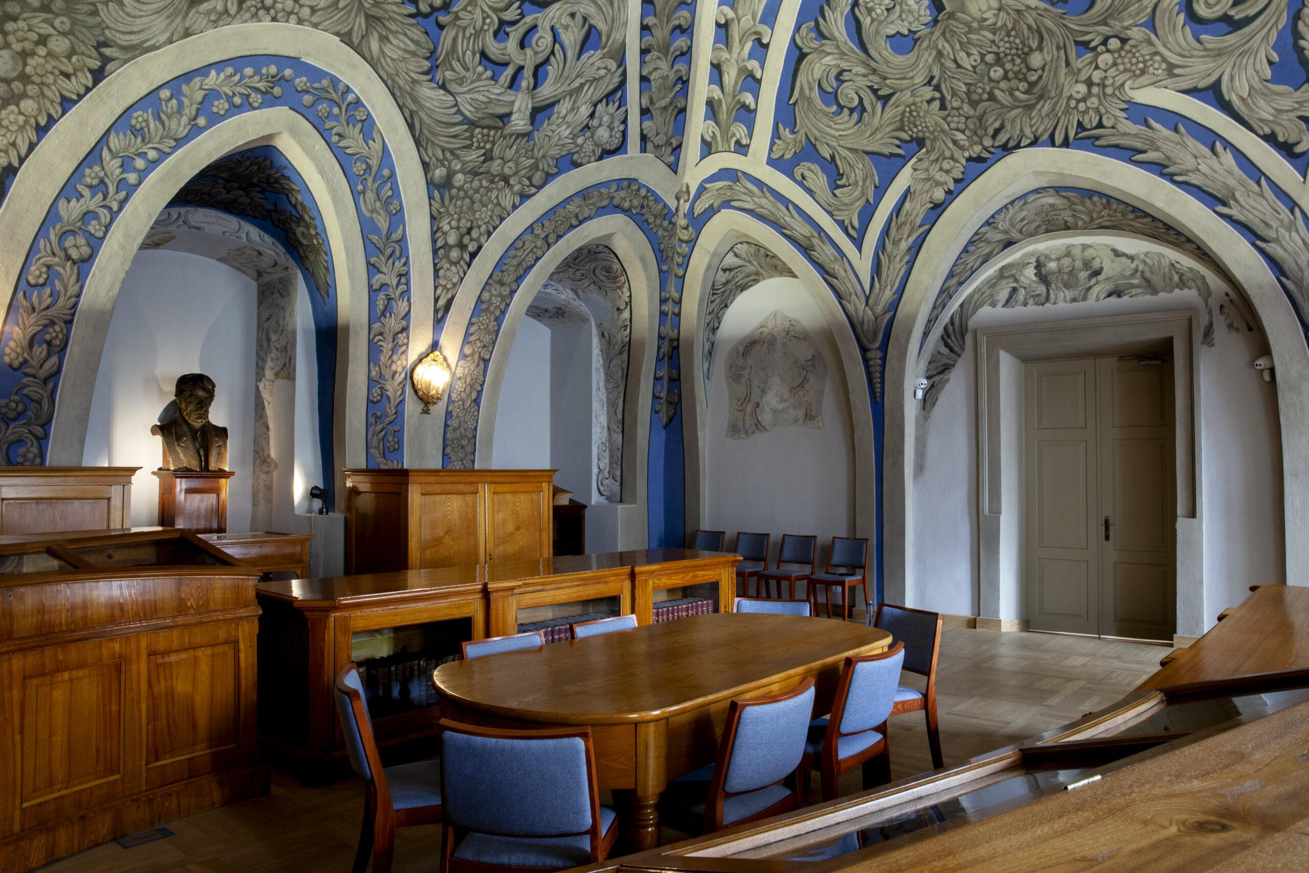 Baldai ir puošnūs skliautai Vilniaus universiteto bibliotekos Joachimo Lelewelio salėje