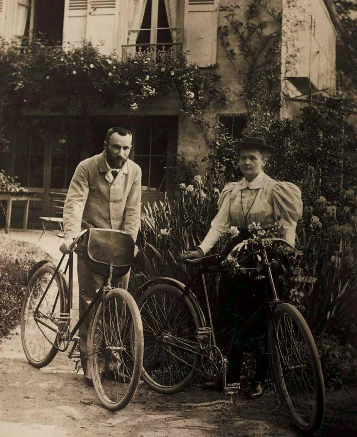 Stovi prie namo su dviračiais.