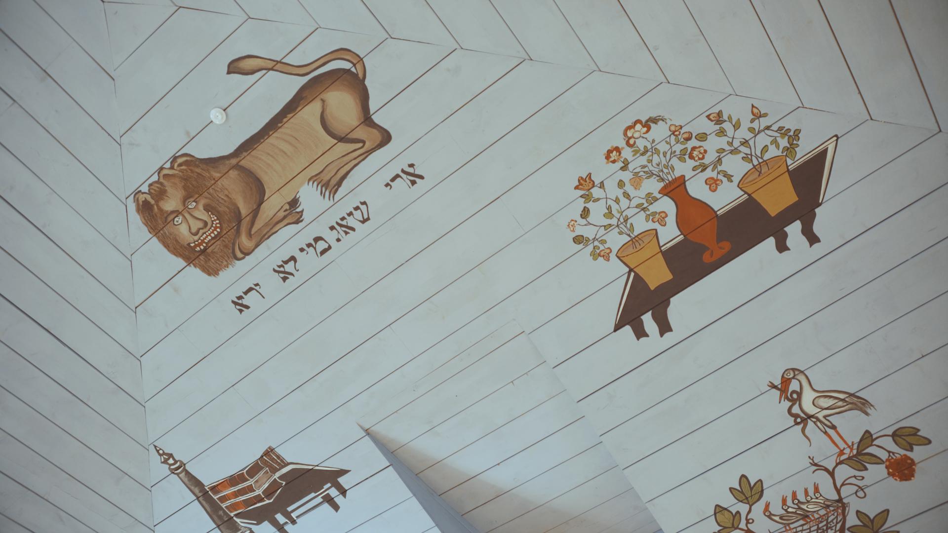 Restauruotas medinės Pakruojo sinagogos vidus, salėje stovi konferencijoms skirtoms kėdės