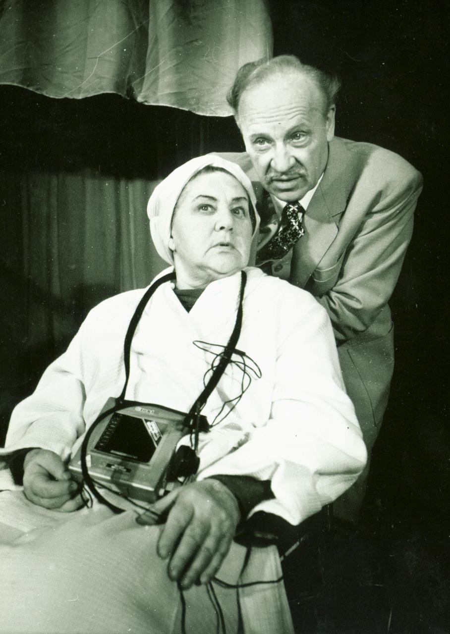 Vaidina aktoriai Monika Mironaitė ir Henrikas Kurauskas.
