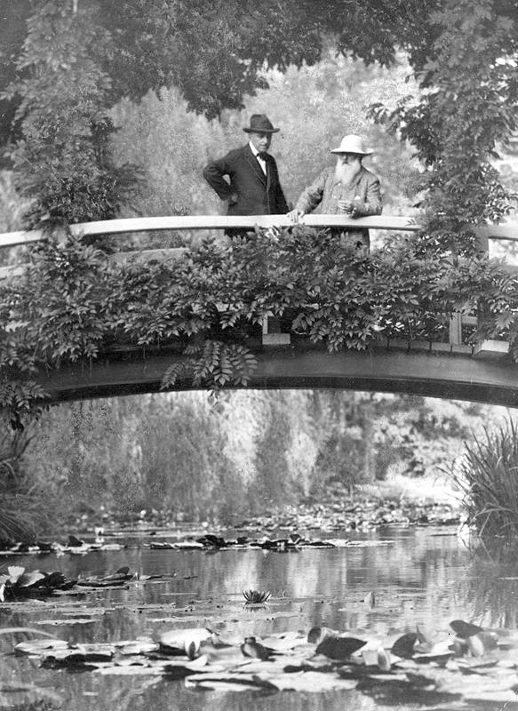 Stovi ant tilto.