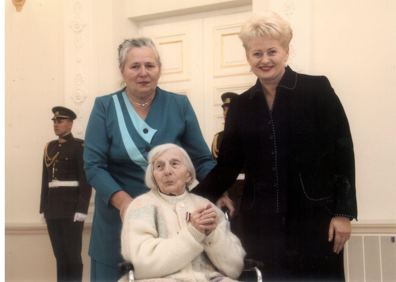 Olimpija Stanaitė-Rutienė (sėdi) su dukra Olimpija Tarvydiene ir Lietuvos Respublikos Prezidente Dalia Grybauskaite valstybės apdovanojimų įteikimo ceremonijoje Prezidentūros rūmuose Vilniuje, 2011 09 15.