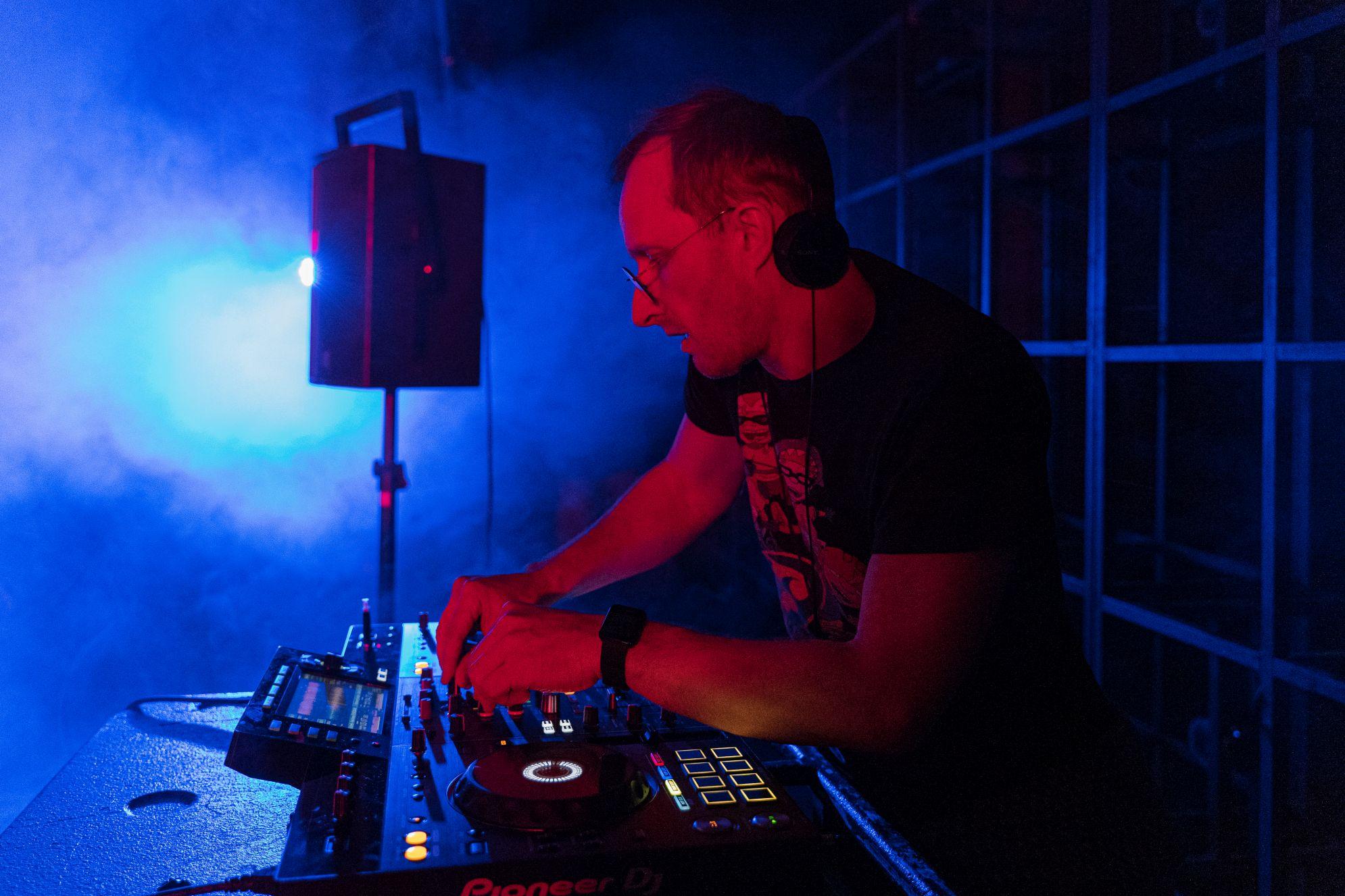 Groja prie DJ pulto.