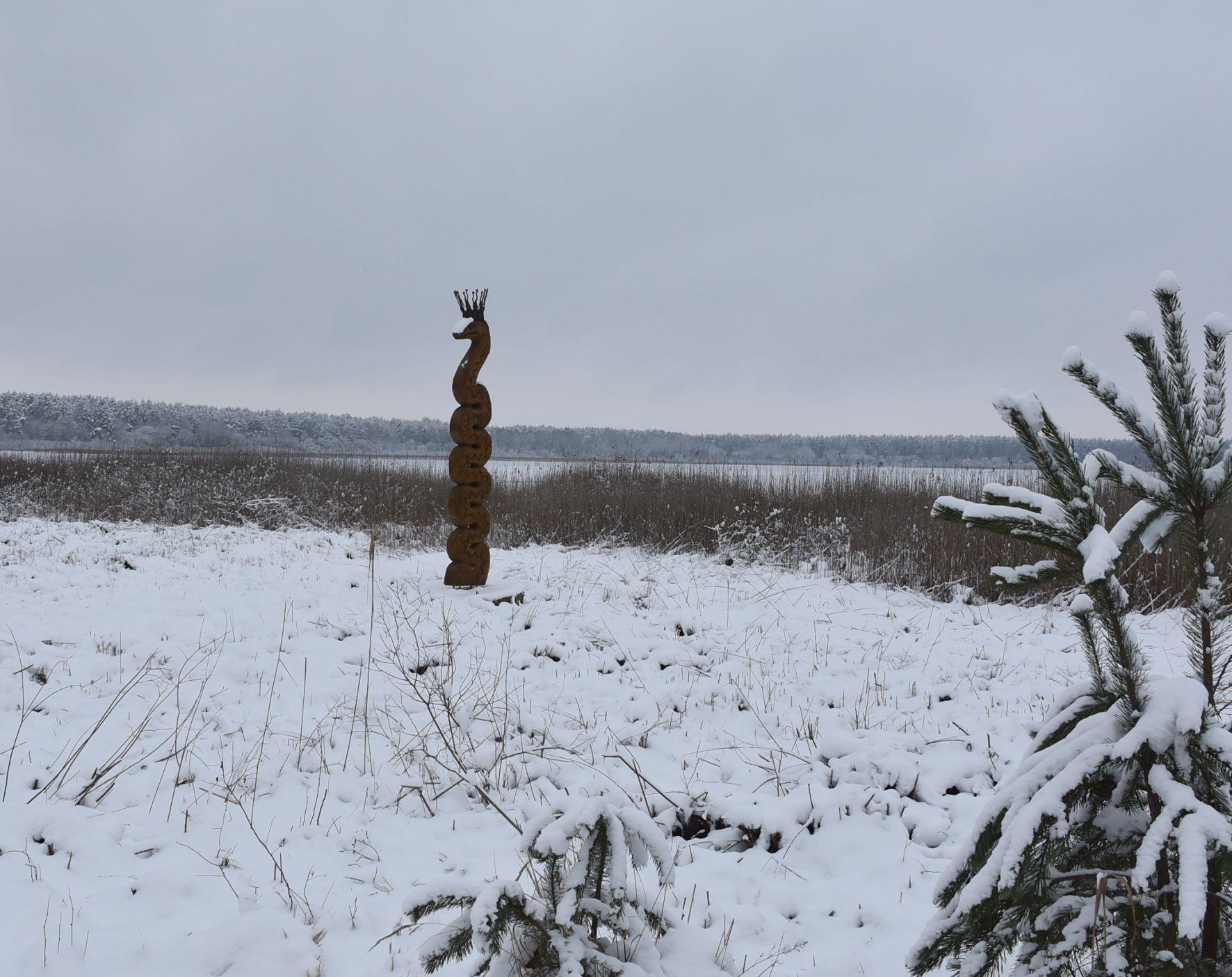 Skulptūra ežero pakrantėje.