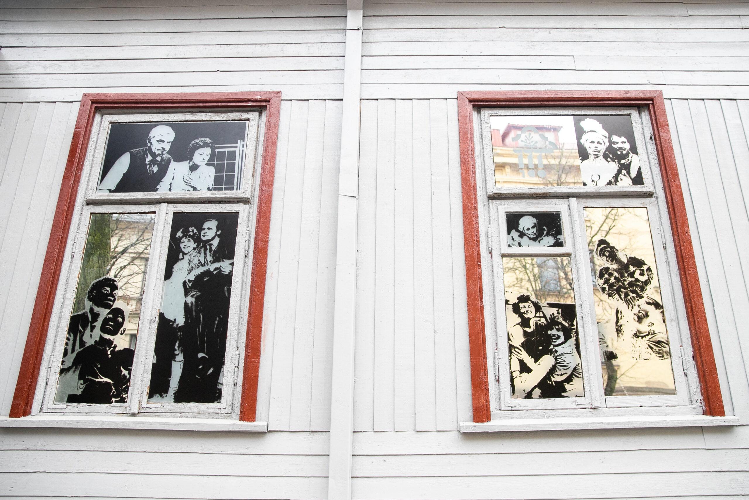 Nuotraukos namo languose.