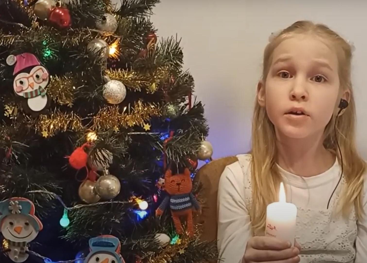 Mergaitė dainuoja
