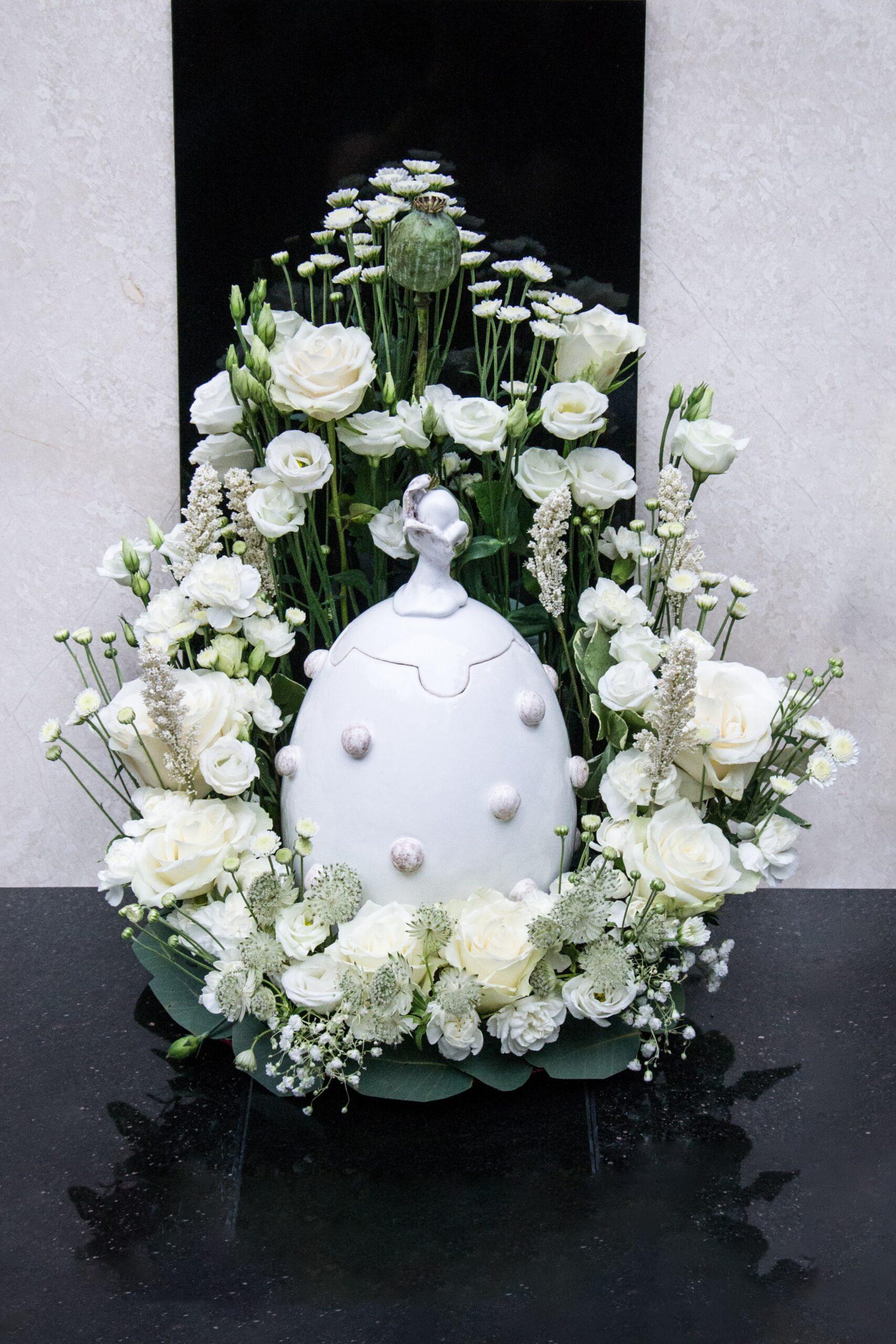 Urna su gėlėmis.