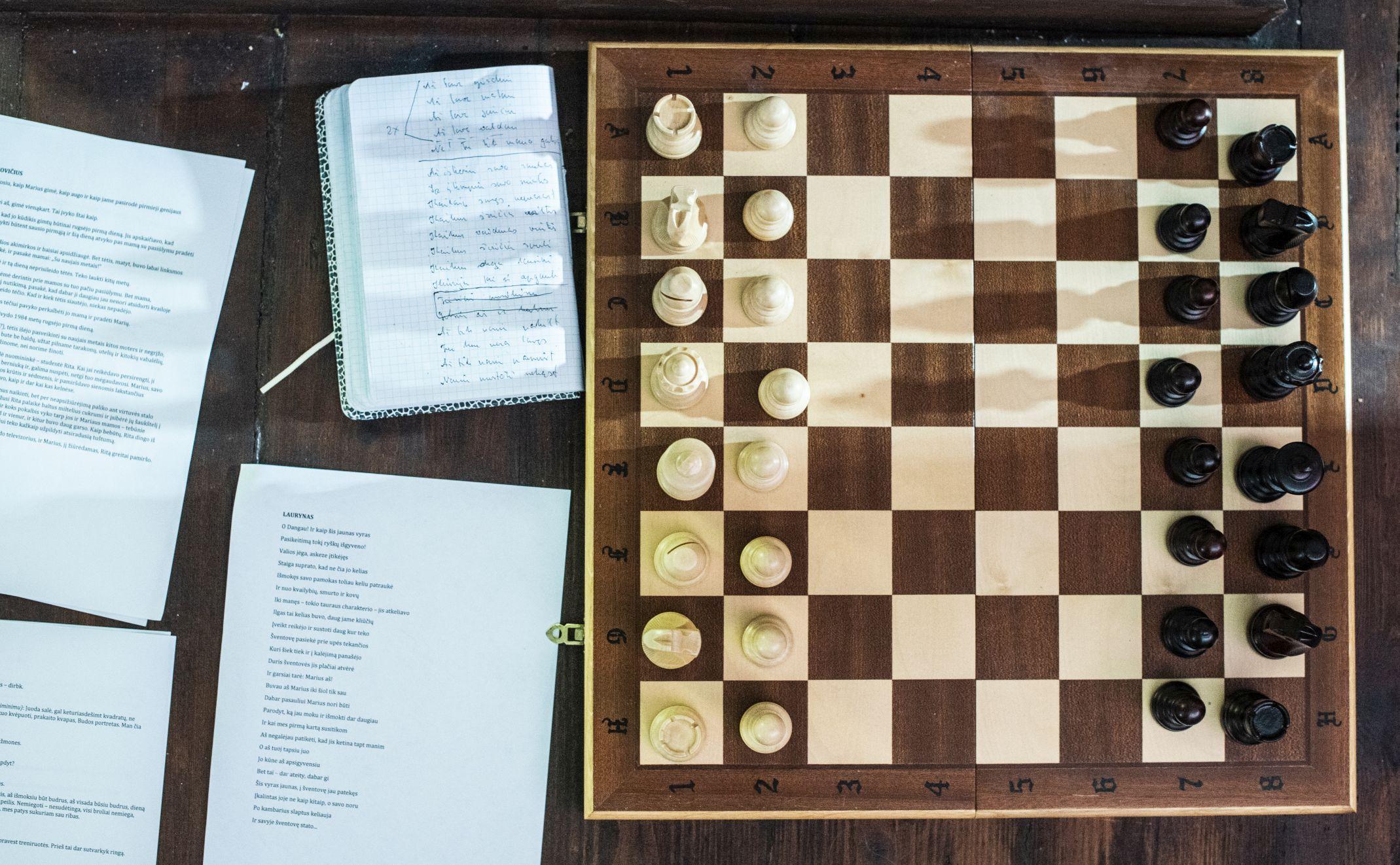 Šachmatų lenta ir užrašai.