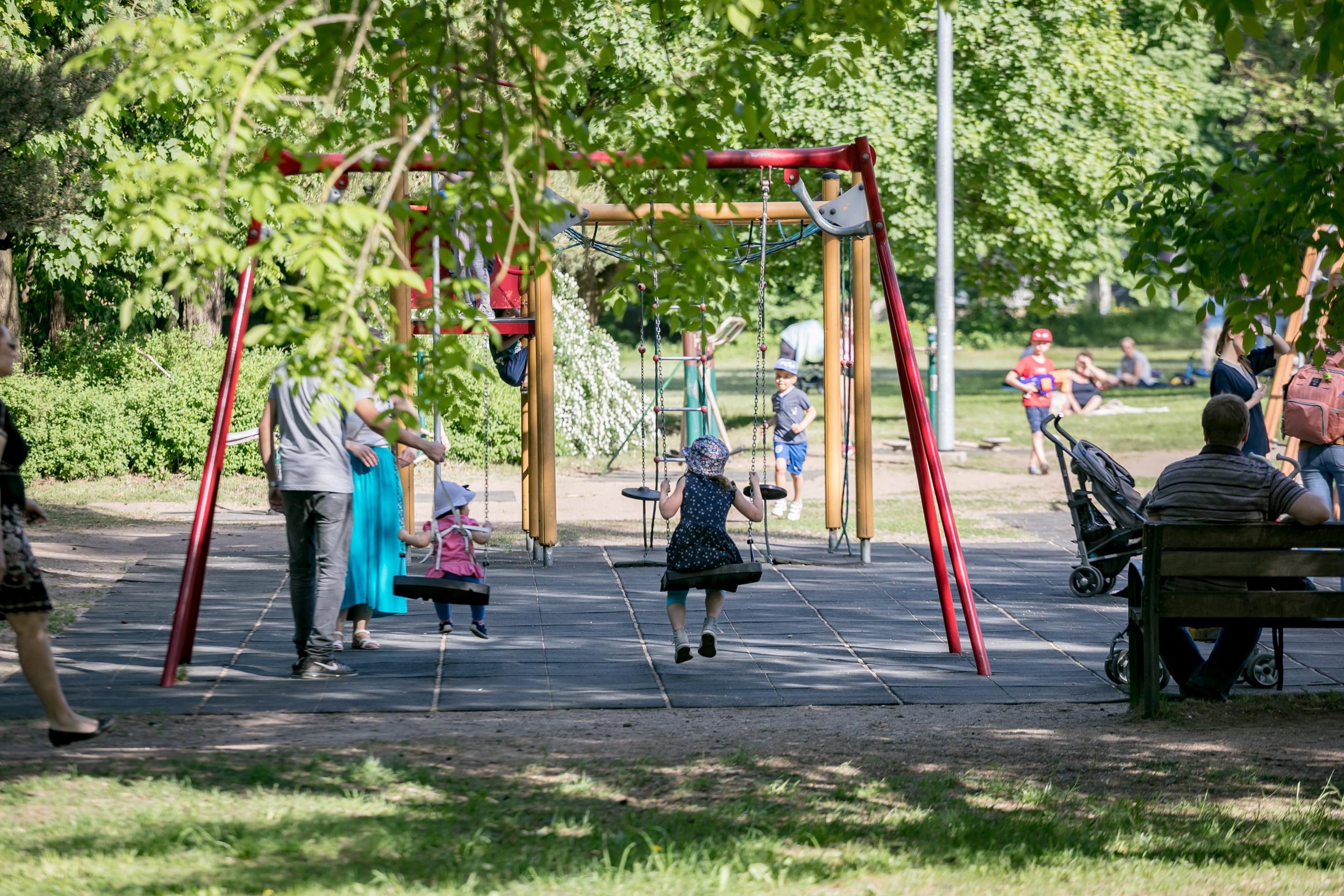 Vaikai žaidžia žaidimų aikštelėje