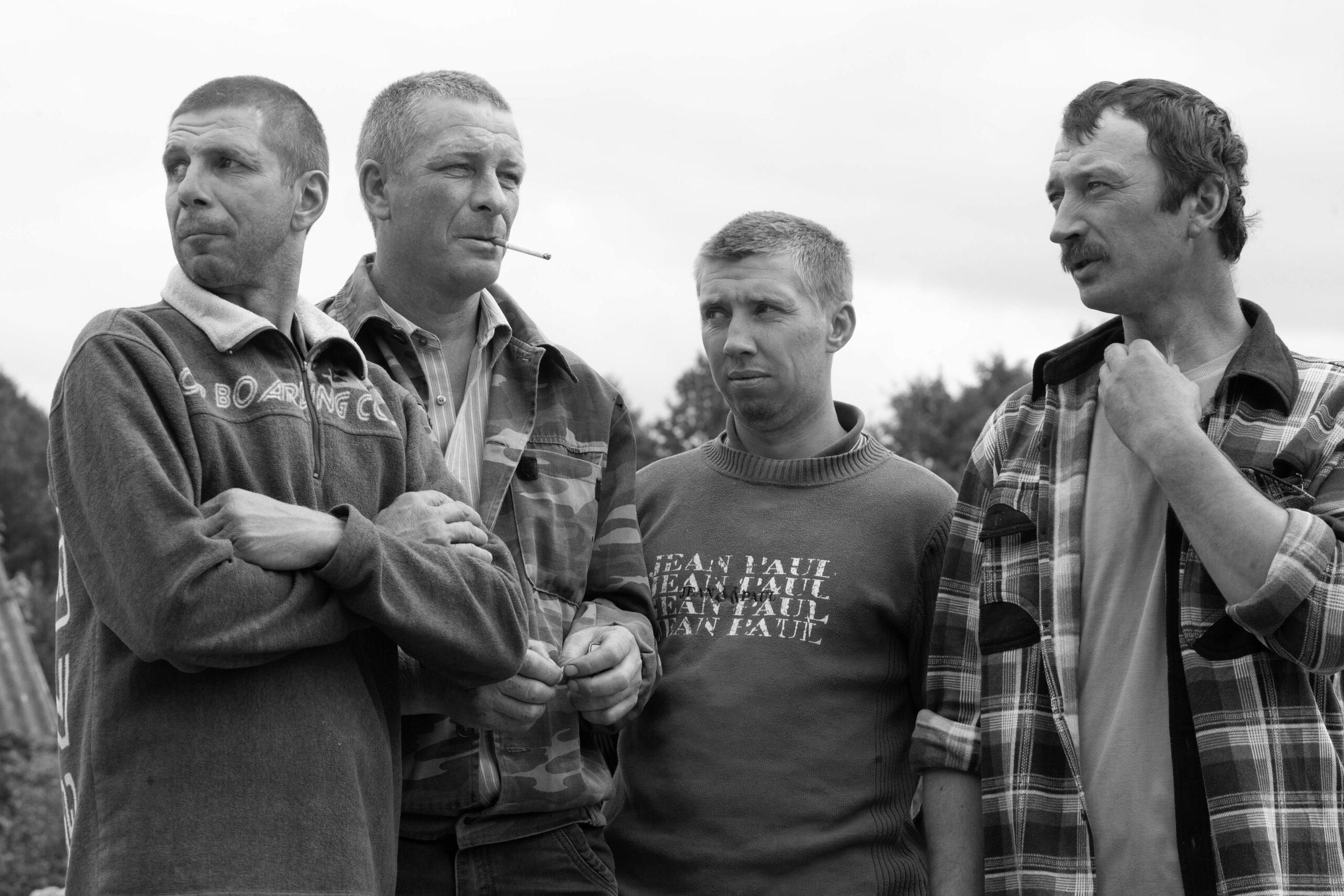 Keturi vyrai stovi.