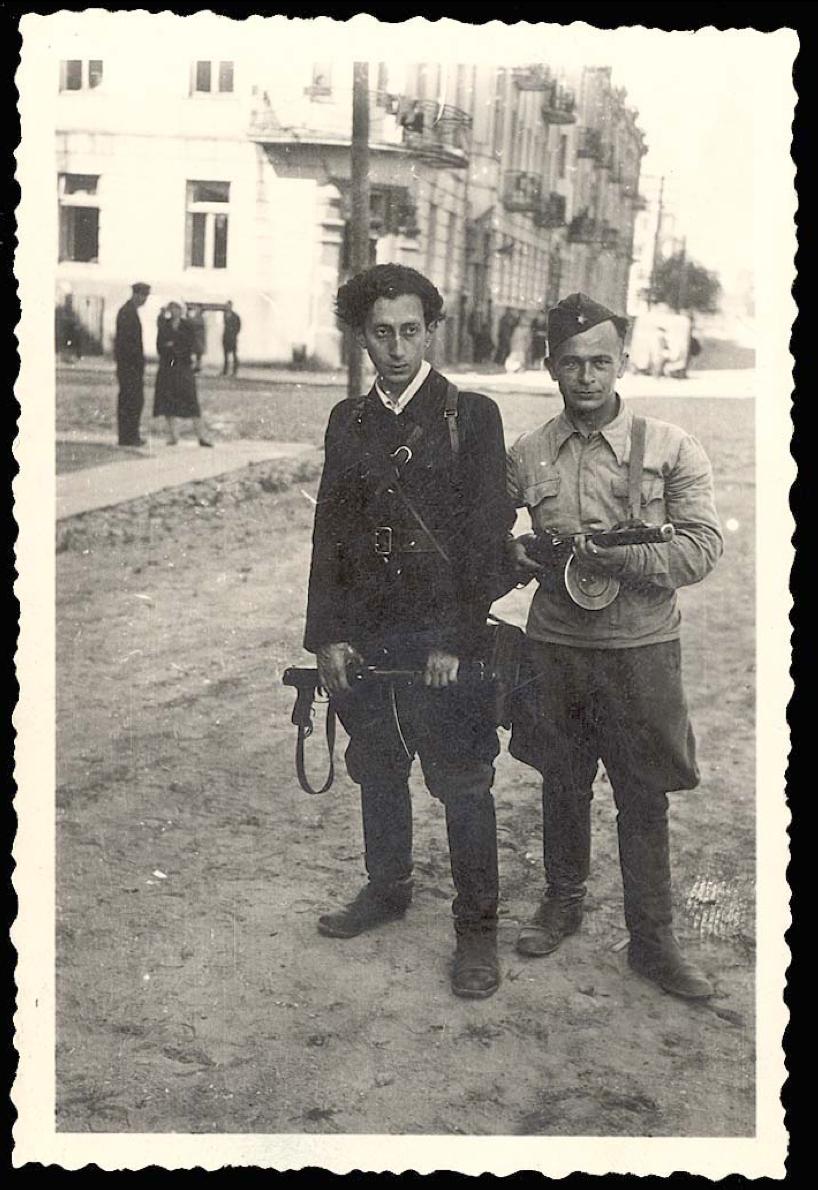 Du vyrai su ginklais.