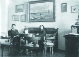nespalvota nuotrauka, kurioje prie svetainės staliuko sėdi sutuoktinių pora, 1933 metų Vilnius, Velykos