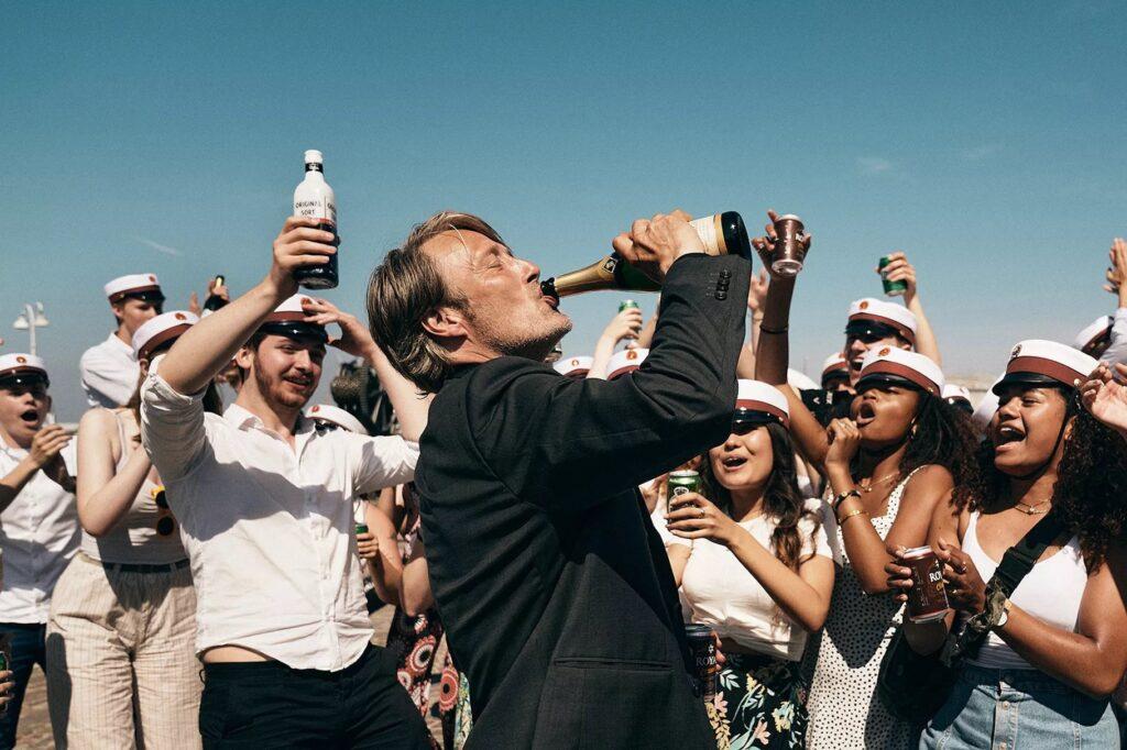 Geria iš šampano butelio.