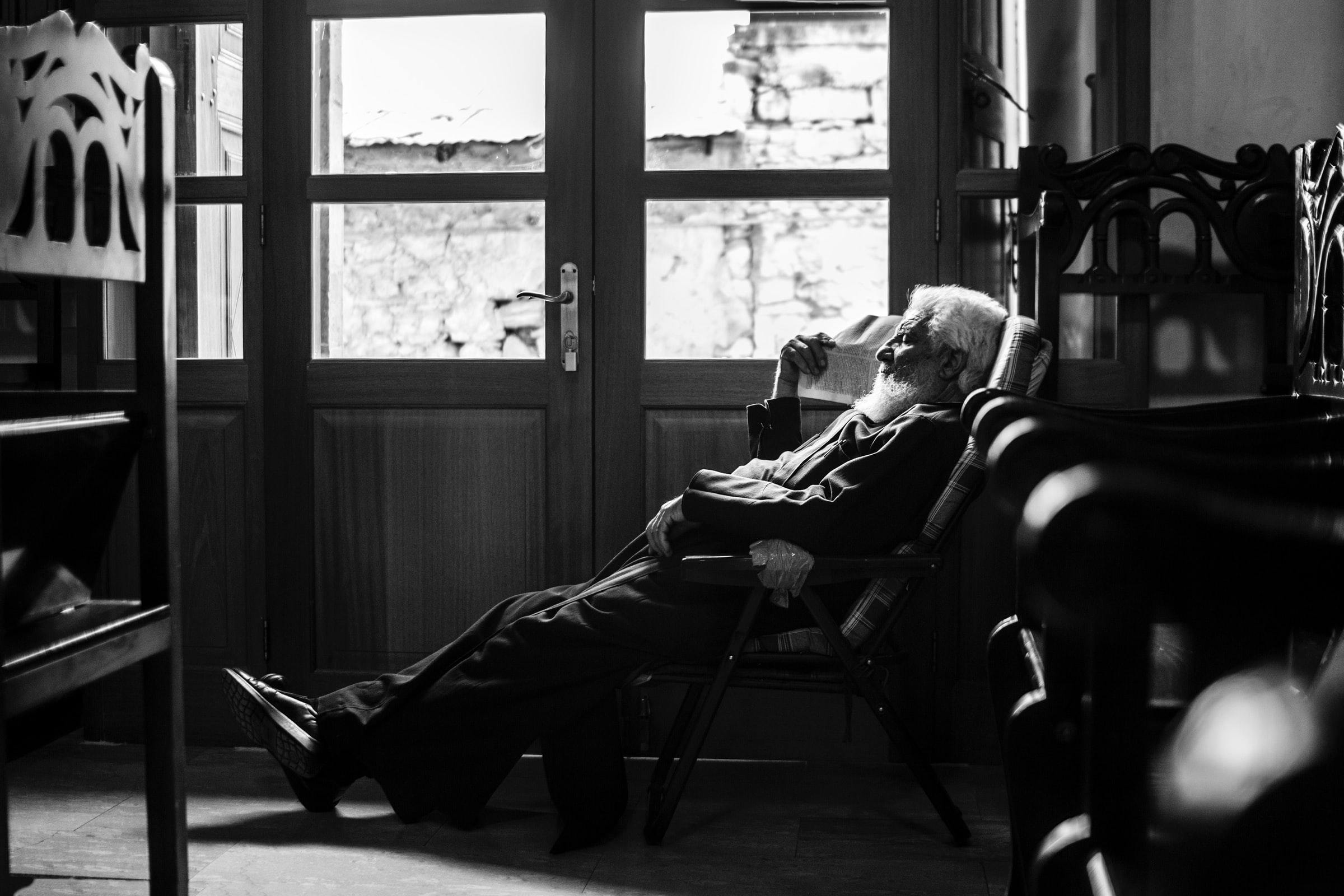 Sėdi senelis kėdėje.