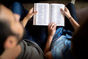 Pora skaito Bibliją.