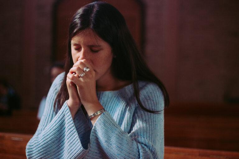 Moteris meldžiasi