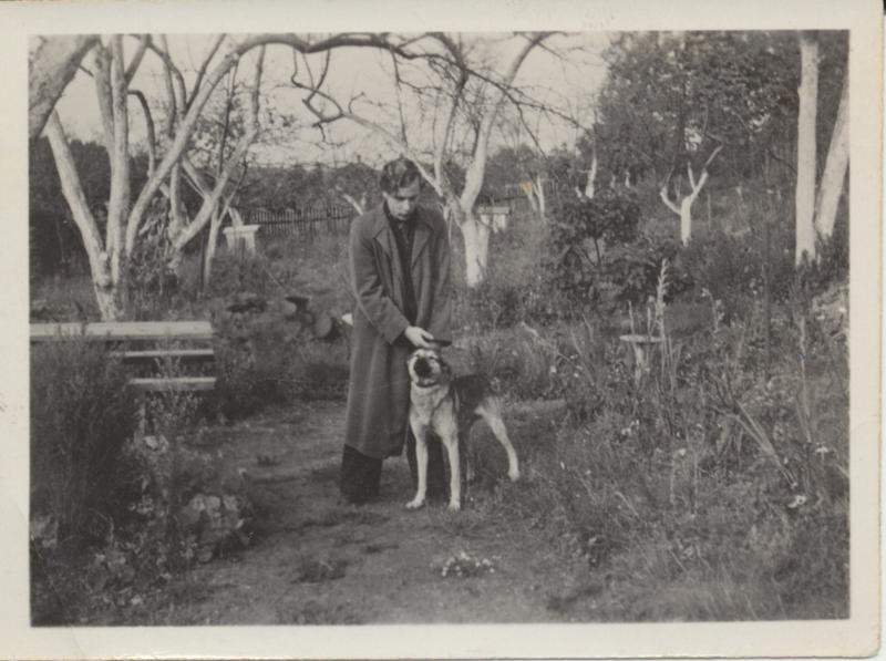 Henrikas Nagys su šuniu.