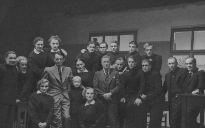 """Spektaklio """"Atžalynas"""" dalyviai su pjesės autoriumi Kaziu Binkiu po premjeros Valstybiniame Klaipėdos teatre."""