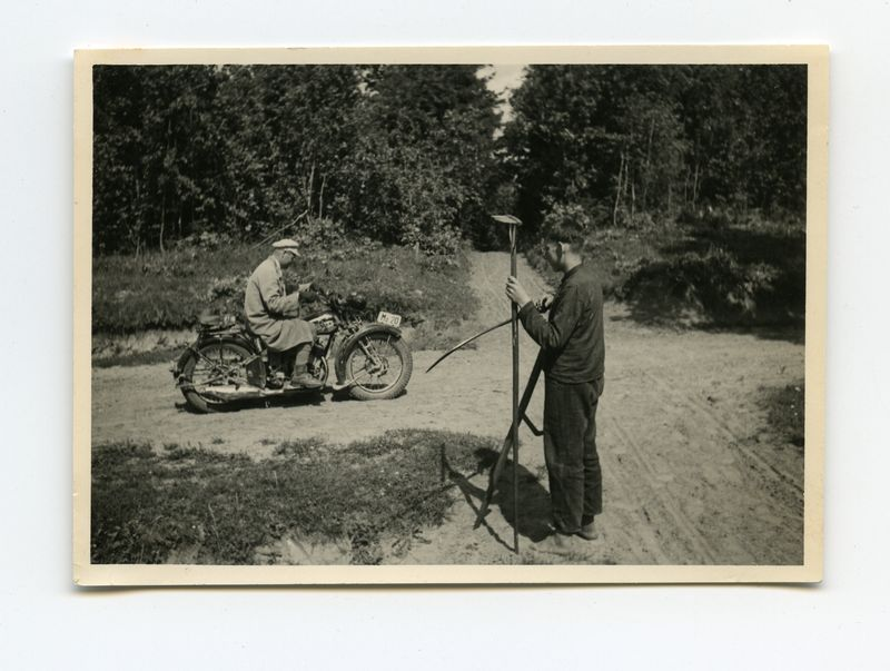 Matininkas Povilas Gaidamavičius ant motociklo.
