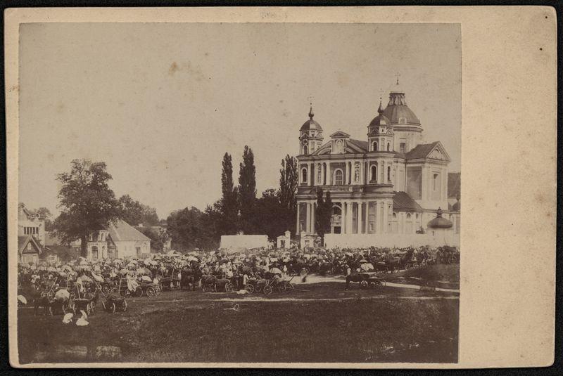 Petrinių mugė prie Vilniaus Šv. apaštalų Petro ir Povilo bažnyčios.