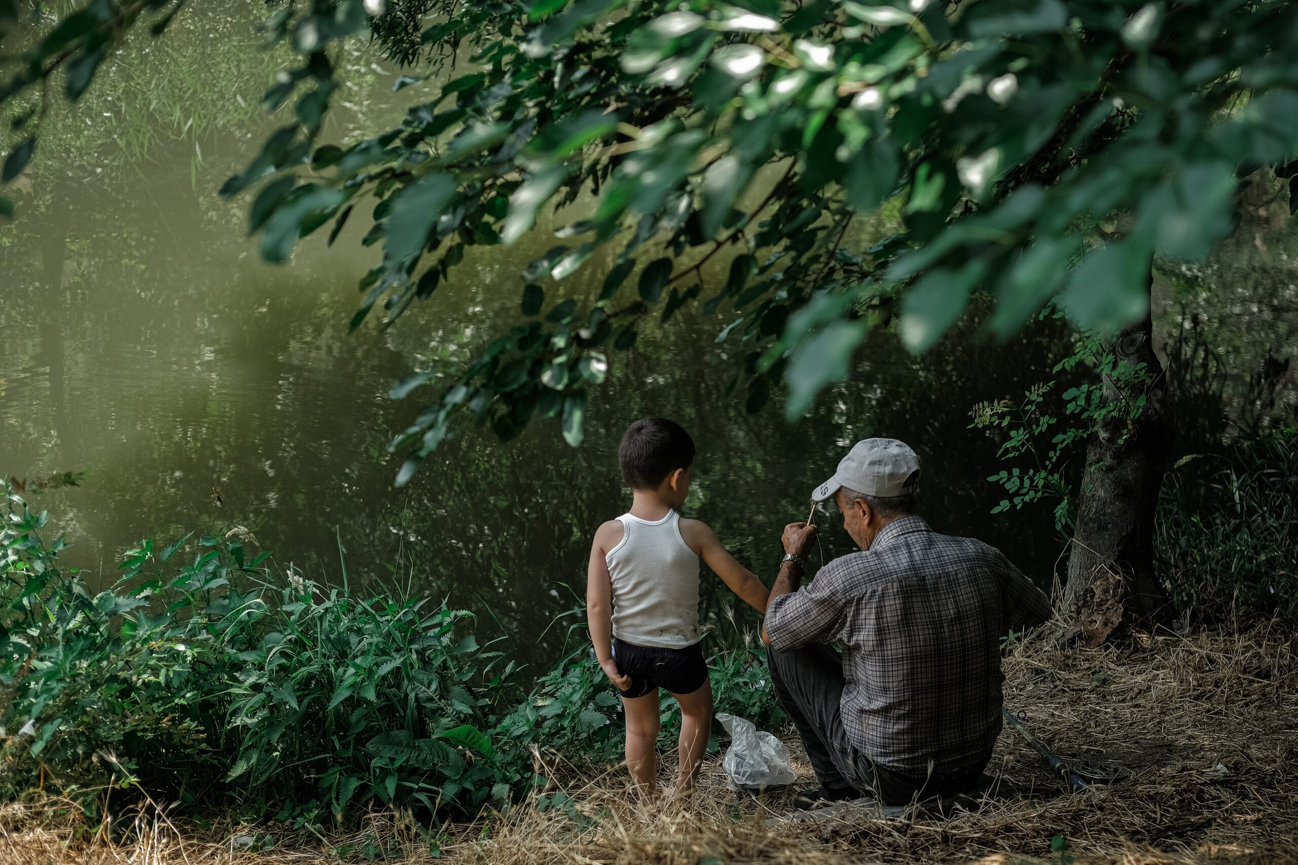 Po medžiu senelis ir anūkas.