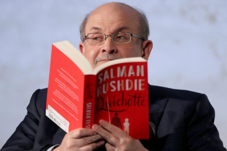 Su knyga rankose.