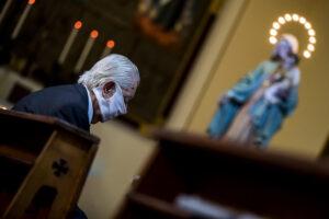 Senjoras su kauke bažnyčioje