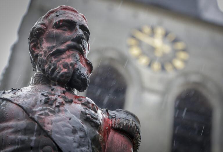 Sugadinta Belgijos karaliaus Leopoldo II skulptūra.
