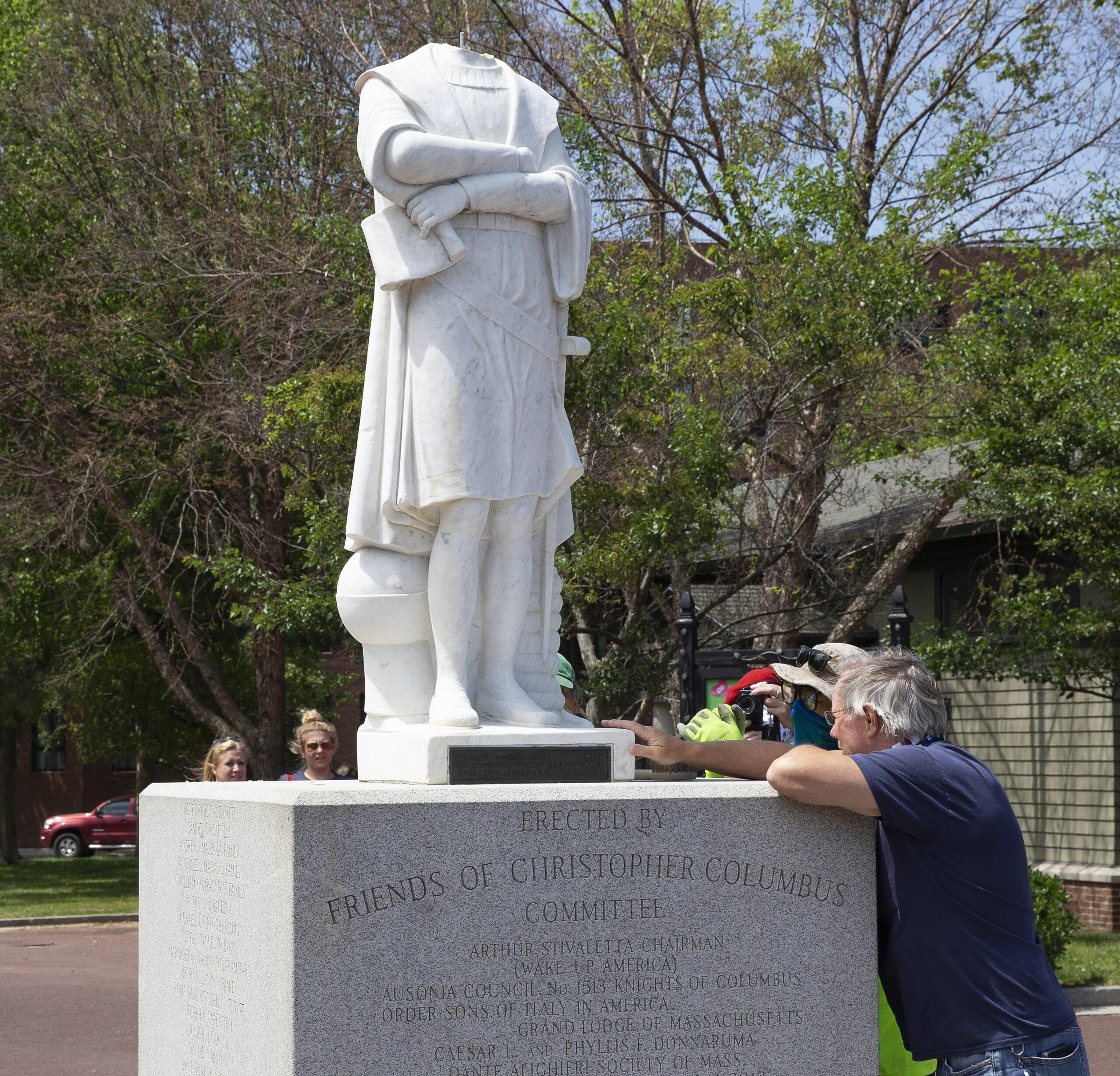 Kristupo Kolumbo skulptūra be galvos Bostone, JAV.