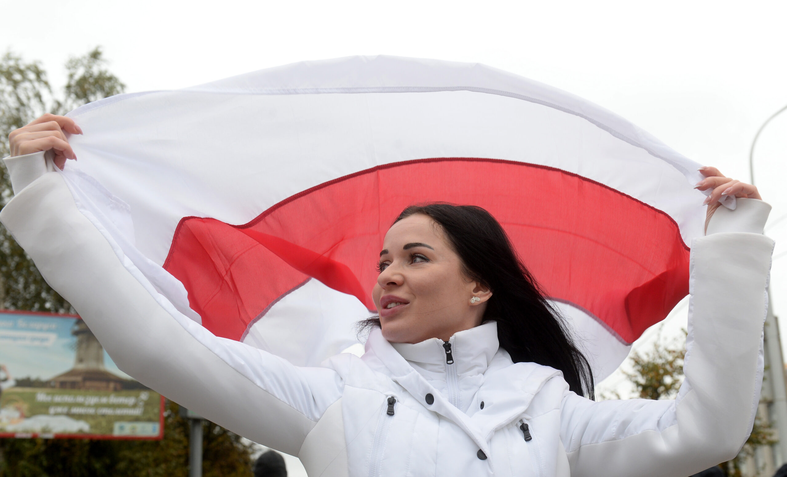 Mergina su vėliava