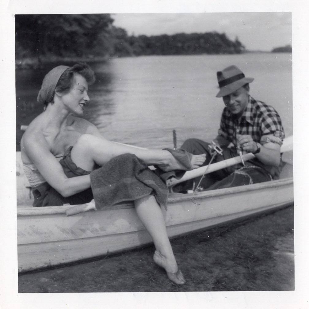 Sėdi valtyje.
