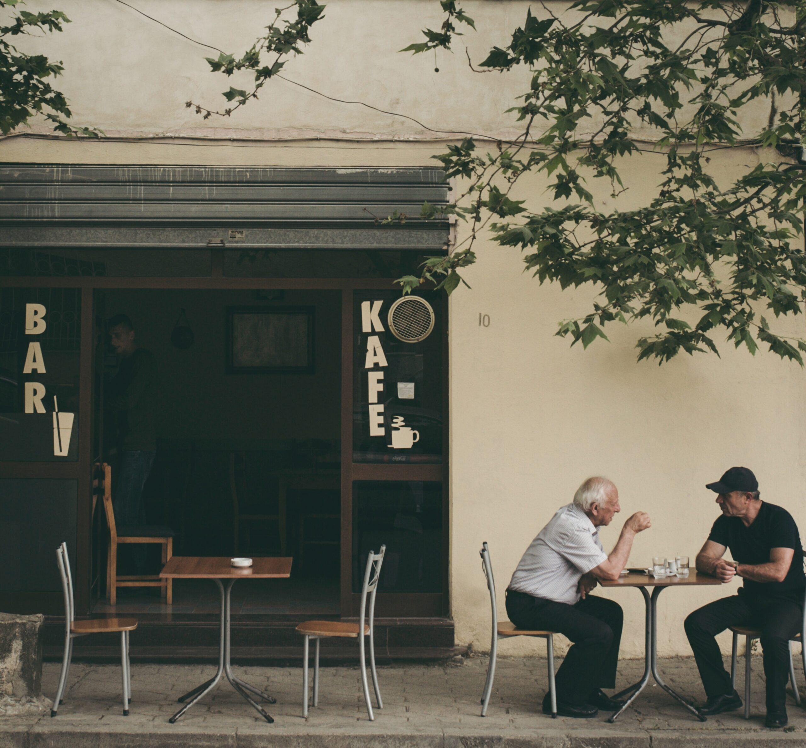 Du vyrai kalbasi prie kavos