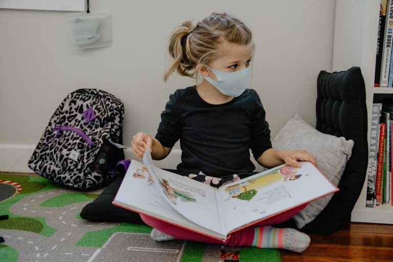 Mergaitė skaito