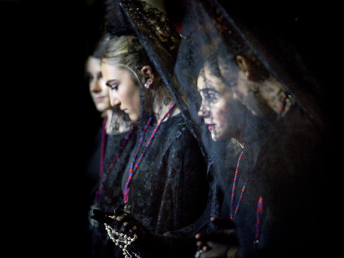 Merginų su gedulo mantilijomis portretas.