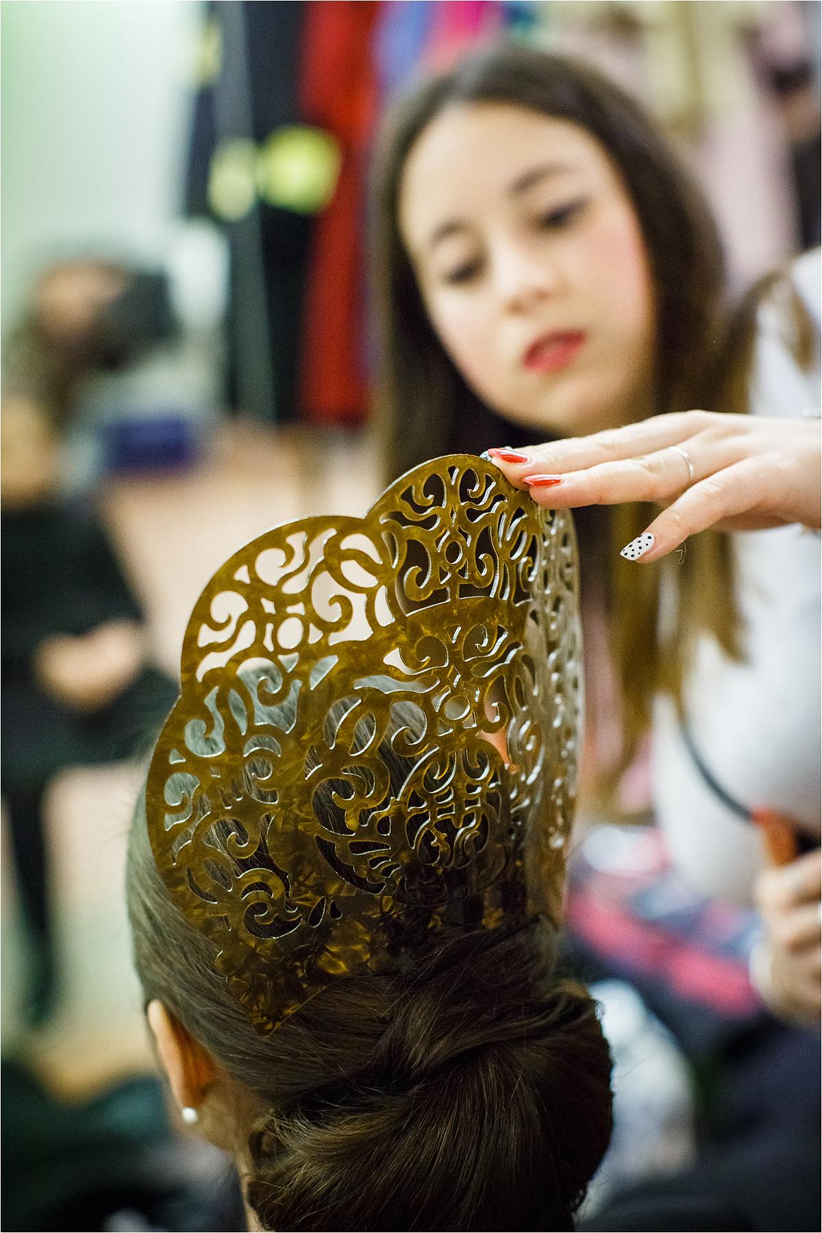 Moteriai įstatomos į šukuoseną mantilijos šukos.