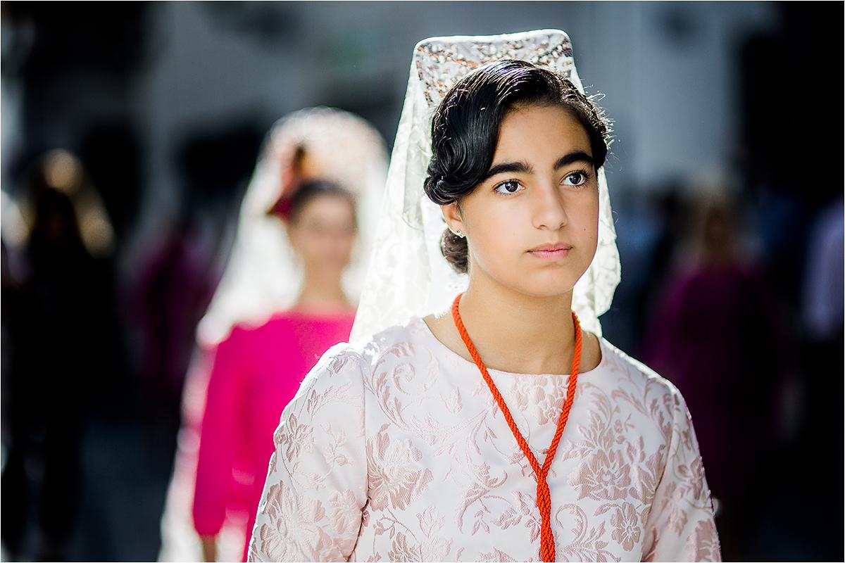 Mergina su galvos šydu.